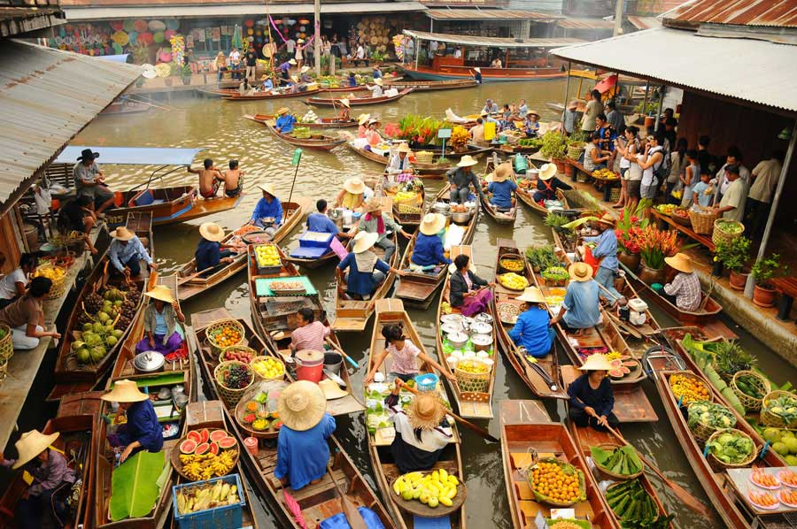 In the past, lives revolved around the canals and floating markets were where people traded. Today Damnoen Saduak Floating Market is renowned worldwide for its bustling vibrancy.